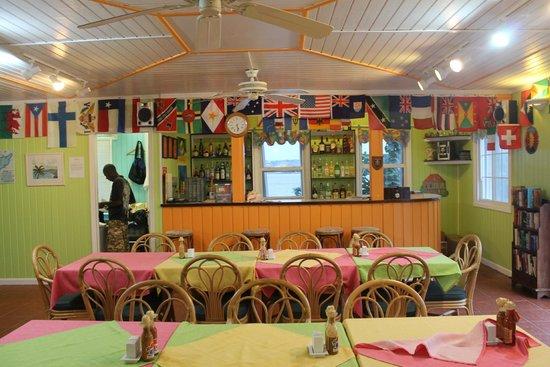 Arawak Beach Inn: Bar et salle a manger