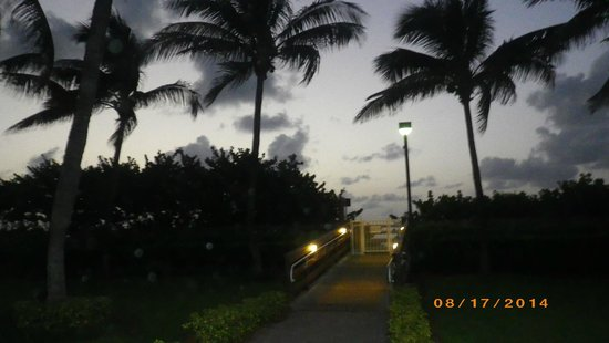 Holiday Inn Miami Beach : the gate leading to beach from hotel