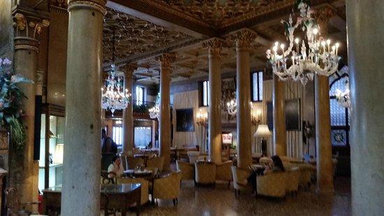 Hotel Danieli, A Luxury Collection Hotel: Uno dei meravigliosi saloni per chiacchierare e bere qualcosa....