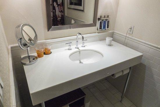 Revere Hotel Boston Common: Sink Area