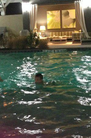 La Quinta Inn & Suites Rockport - Fulton: Evening Swimming in the Pool