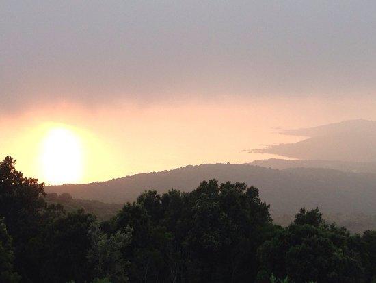 Le Belvedere De Coti : Beau même avec la brume ce soir là! Pas vu les îles sanguinaires. Il faudra revenir!
