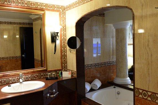 Hotel Riu Palace Aruba: Suite with double sinks