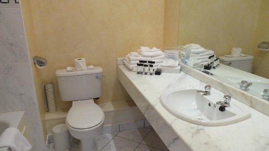 Dromhall Hotel: Bathroom