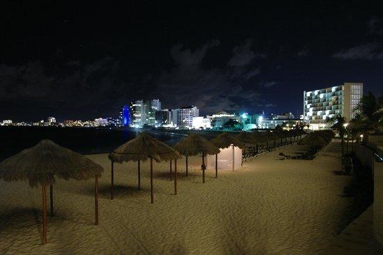 Krystal Grand Punta Cancun: by night