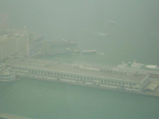 sky100 Hong Kong Observation Deck: Uitzicht helaas niet al te helder