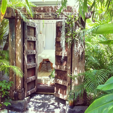 Isle Style Salon, Spa & Boutique: The couples massage room IS outdoors, but the others have AC
