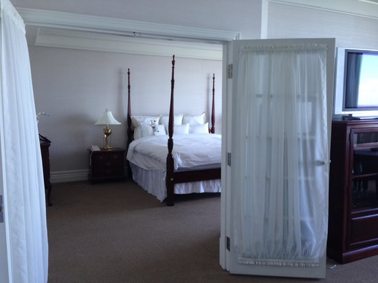 Niagara Falls Marriott on the Falls : French doors leading to the bedroom