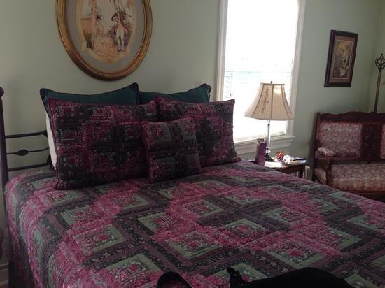 The Swope Manor Bed & Breakfast: the Cabernet Room