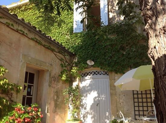 Maison d'Hotes Le Cèdre : cour du petit dejeuner