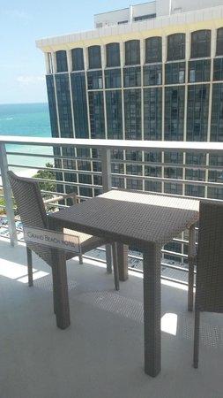 Grand Beach Hotel: Balcón con la mesa para desayunar