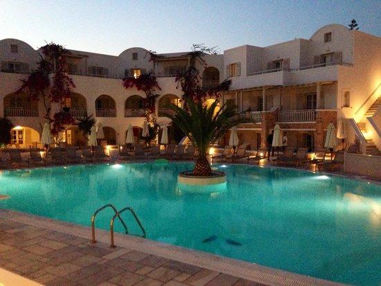 Aegean Plaza Hotel: Patio central y piscina