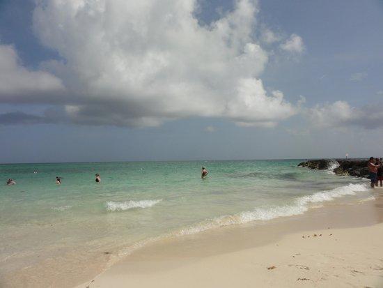 Grand Lucayan, Bahamas : ...beautiful clean beach