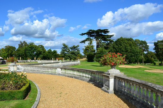 Stoke Park Country Club, Spa and Hotel: Formal garden area