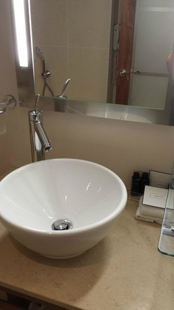 The Cavendish London: Super clean bathroom