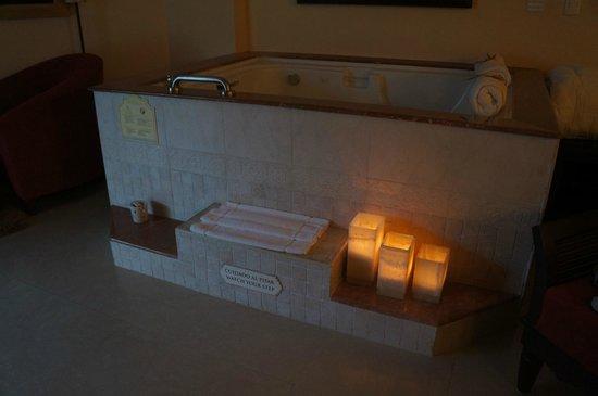 The Royal Playa del Carmen: Whirlpool bath in suite