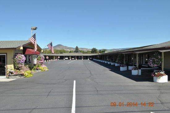 Rodeway Inn Medford: Parking lot