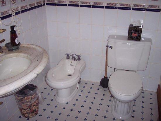 Mont Rest Inn: bathroom, Bridget's French Roses room