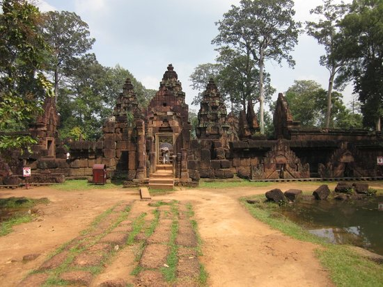 Banteay Srei: Walking up from parking lot