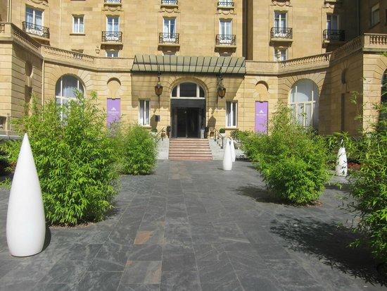 Hotel Maria Cristina, a Luxury Collection Hotel, San Sebastian: Uma das entradas do hotel com as escada sempre impecavelmente polidas.