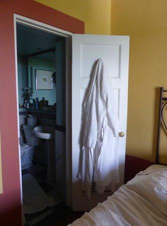 Hotel El Convento: Baño chiquitín y puerta con demasiado poco espacio para abrirla.