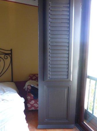 Hotel El Convento: espacio entre la ventana y la otra cama