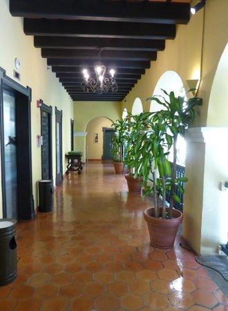 Hotel El Convento: pasillos del claustro, acceso a las habitaciones