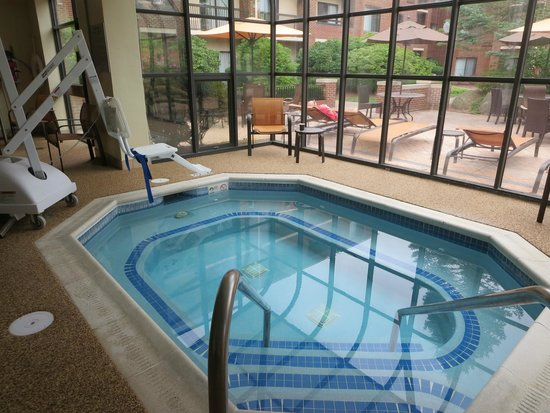 Courtyard Boston Milford : Very limited pool hours.  Inside rooms have a view of a nice inner courtyard.