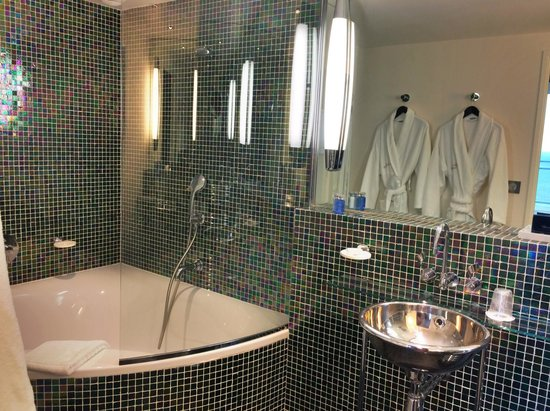 salle de bain design picture of hotel cafe de paris biarritz tripadvisor. Black Bedroom Furniture Sets. Home Design Ideas