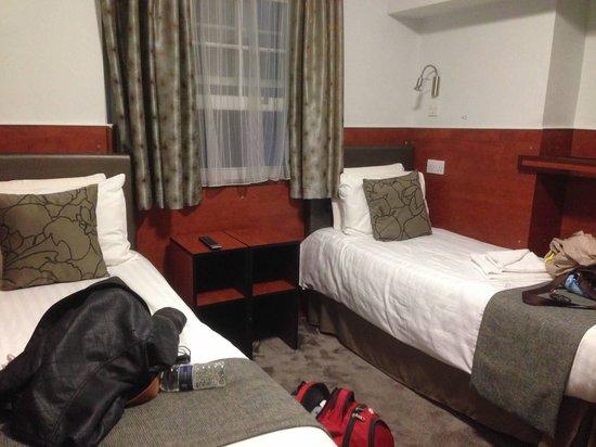 Wardonia Hotel: Two beds bedroom