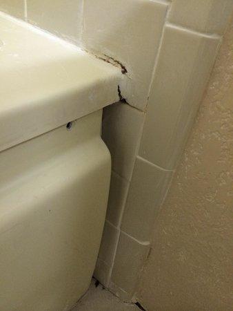 ويستجيت تاون سنتر: Cracks and mold on bath tub. Plus side of tub moved since it was cut away from the bathtub. See 
