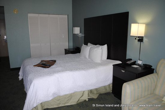 Hampton Inn St. Simons Island: King Bedroom