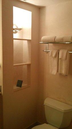 Camel's Garden Hotel & Condominiums: Bathroom