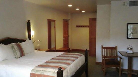 Camel's Garden Hotel & Condominiums: Entrance