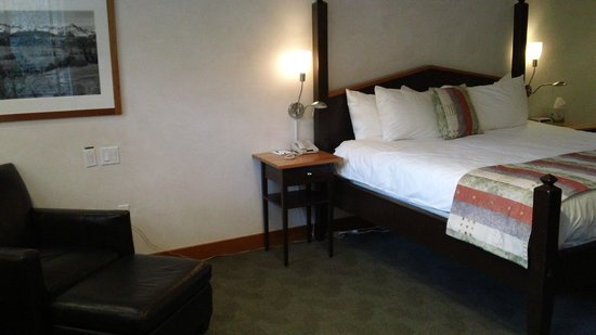 Camel's Garden Hotel & Condominiums: King Suite