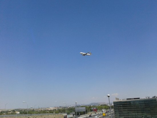 B&B Hotel Madrid Airport T1 T2 T3: Pasan cerca pero silenciosos desde la habitacion.