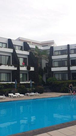 Caloura Hotel Resort: vue de la piscine