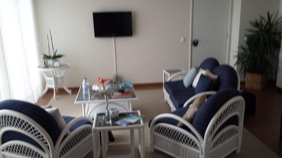 Caloura Hotel Resort: salon de la suite