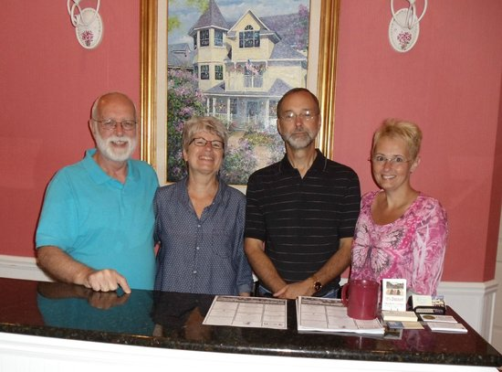 Cottage Inn of Mackinac Island: Innkeepers Don and Virginia (on the left) were wonderful people