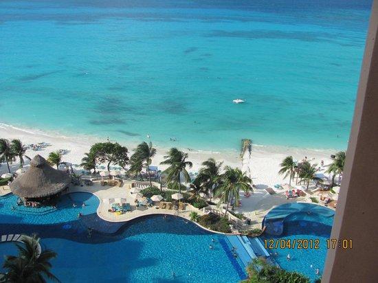 Grand Fiesta Americana Coral Beach Cancun: Vista desde la habt. a la playa y piscina