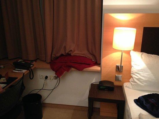 Kongresshotel Potsdam am Templiner See : Tagesdecke aufs Fensterbrett geknallt statt aufs Bett (polnische Putze)