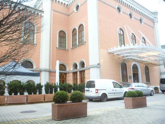 Imperial Riding School Renaissance Vienna Hotel: The entrance