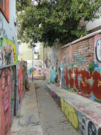 Valparaiso Walks: Ruas grafitadas no cerro concepcion