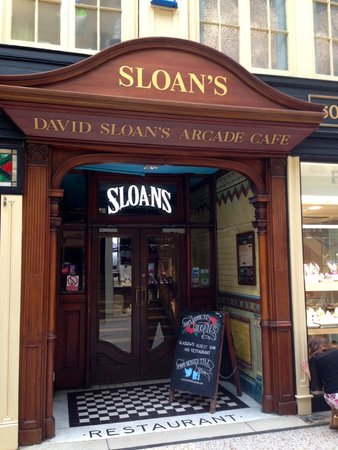 Sloan's Bar and Restaurant: The entrance