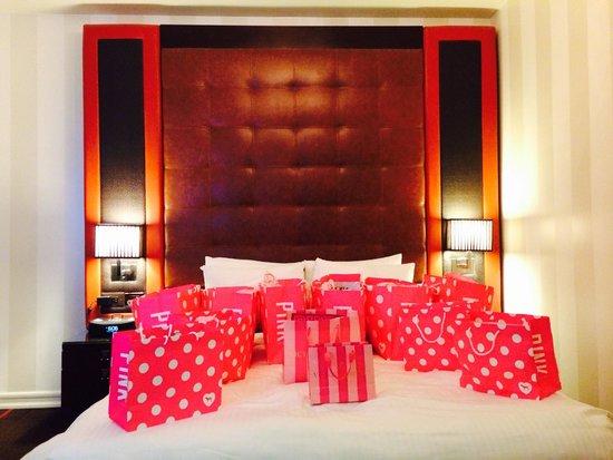 Sanctuary Hotel New York : Stanza 807 con il letto invaso da i miei acquisti