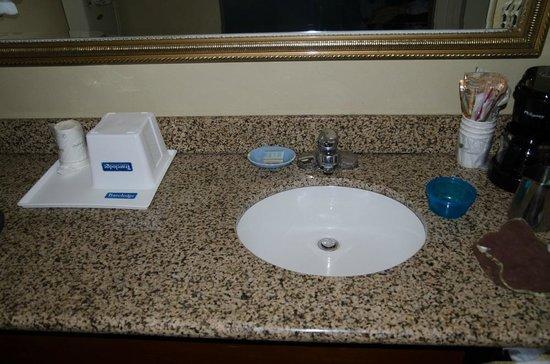 Travelodge Costa Mesa Newport Beach Hacienda: Bathroom