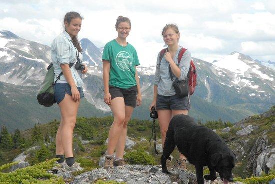 Bella Coola Grizzly Tours Inc.: Mountain Backdrop.