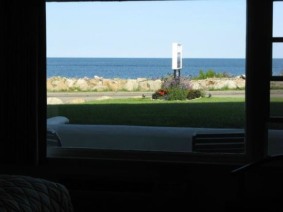 Atlantis Oceanfront Inn: Looking out the window
