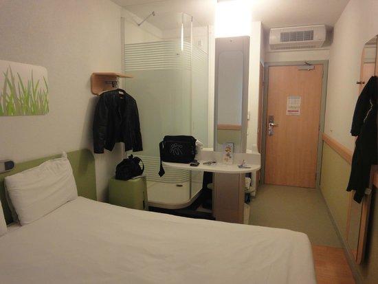 Hotel Ibis Budget Brugge Centrum Station : Cabina de ducha y Lavamanos incorporada a Habitacion
