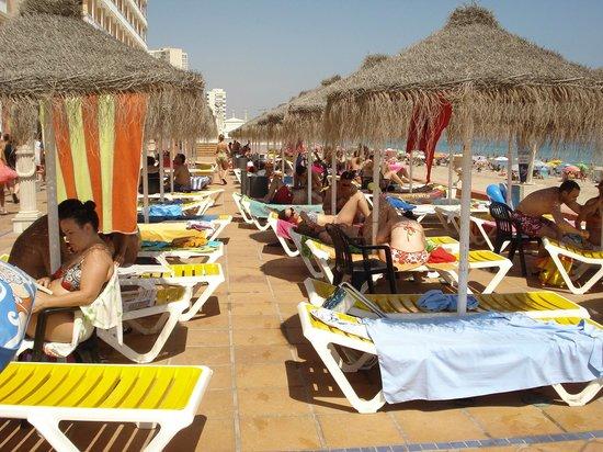 Hotel Entremares: hamacas y sombrillas ,zona piscina